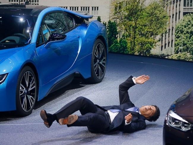 CEO BMW 'dot quy' tren san khau trong lan dau ra mat hinh anh 1