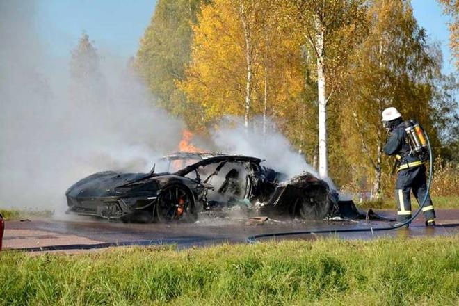 Lamborghini Aventador doc nhat the gioi bi chay rui hinh anh