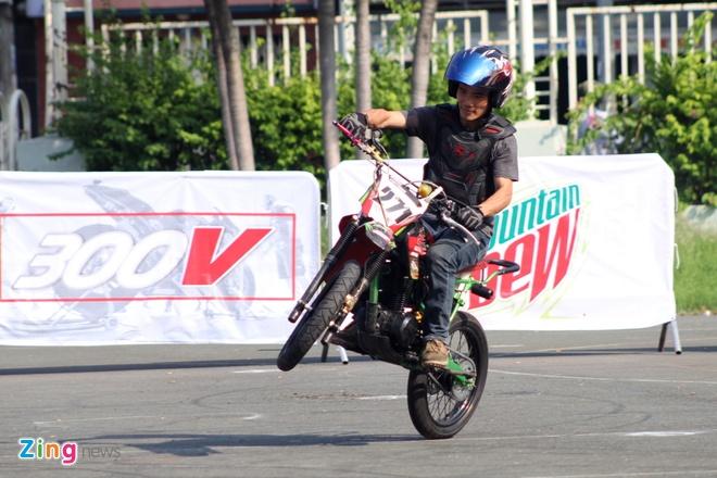 Biker hoi tu thi stunt tai Sai Gon hinh anh 1