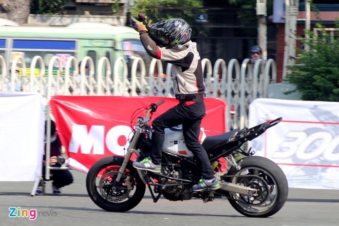 Biker hoi tu thi stunt tai Sai Gon hinh anh 7