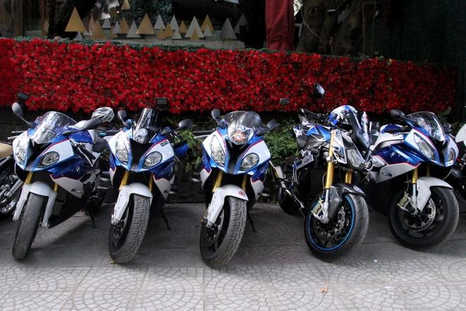 Hang chuc moto BMW khuay dong pho phuong Sai Gon hinh anh