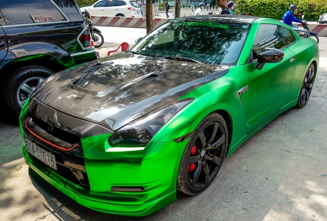 Xe the thao Nissan GT-R mau la o Sai Gon hinh anh