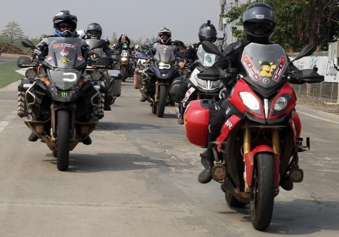 Biker quoc te hoi tu ve Thai Lan xem dua xe hinh anh