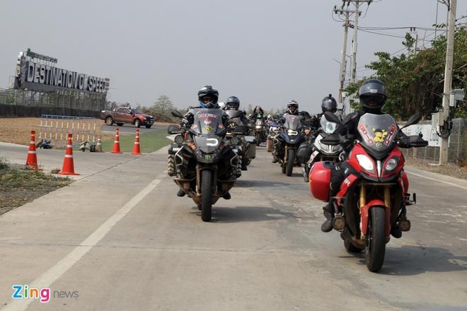 Biker quoc te hoi tu ve Thai Lan xem dua xe hinh anh 9