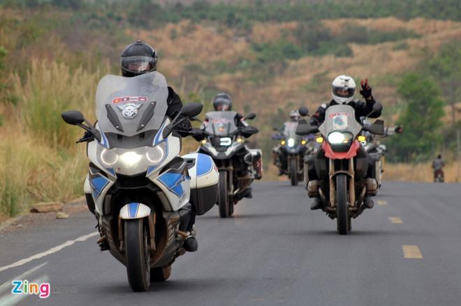 Biker quoc te hoi tu ve Thai Lan xem dua xe hinh anh 3