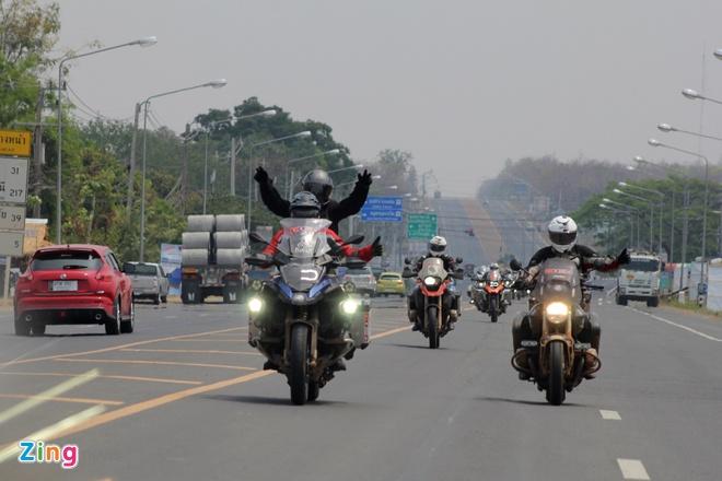 Biker quoc te hoi tu ve Thai Lan xem dua xe hinh anh 6