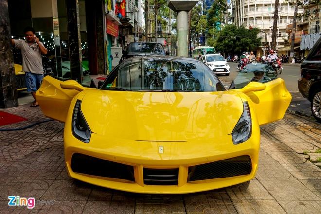 Sieu xe Ferrari 488 GTB mau vang dau tien ve Viet Nam hinh anh 1