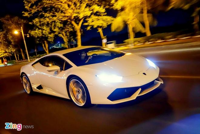 Lamborghini Huracan mau trang lan dau xuong pho Sai Gon hinh anh