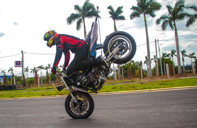 Chuyen gia My huong dan ky thuat stunt cho biker Viet hinh anh