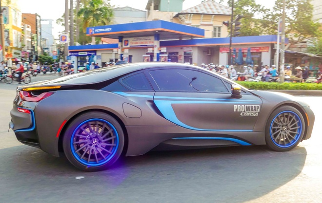 BMW i8 son mam, dan decal bat mat o Sai Gon hinh anh