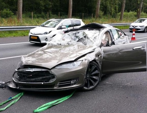 Tesla Model S bien thanh tui khi khong lo trong tai nan hinh anh