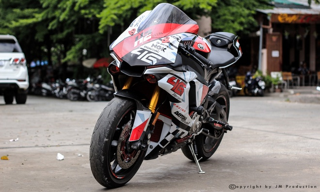 Sieu moto Yamaha R1 do decal va ong xa o Sai Gon hinh anh 2