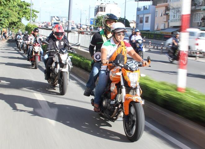 Hang chuc moto phan khoi lon tren duong pho Sai Gon hinh anh 1