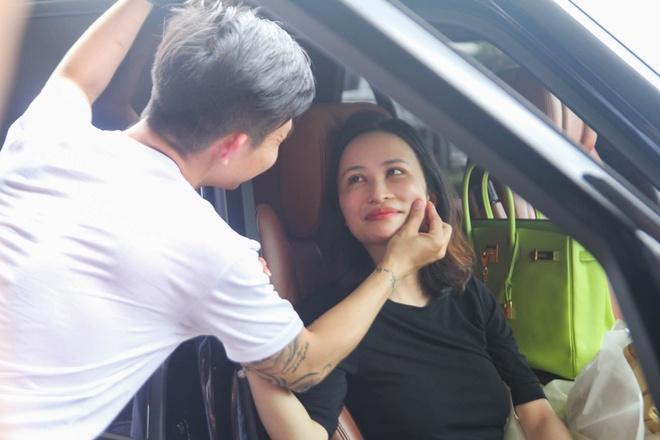 Minh Nhua don vo o san bay bang dan xe sang hinh anh