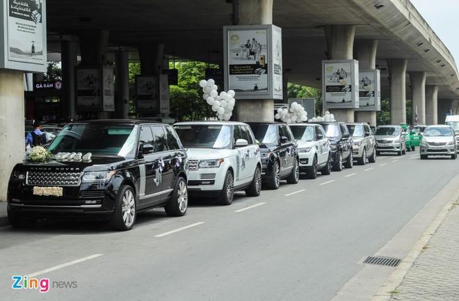 Minh Nhua don vo o san bay bang dan xe sang hinh anh 1