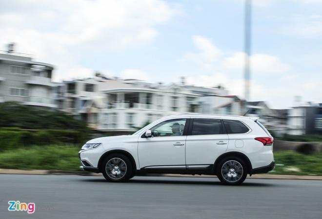 Mitsubishi Outlander: Nhieu trang bi, cho duoc 7 nguoi hinh anh 1