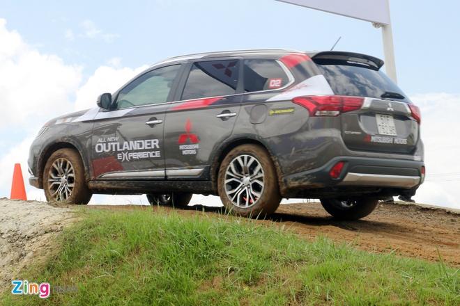 Mitsubishi Outlander: Nhieu trang bi, cho duoc 7 nguoi hinh anh 9