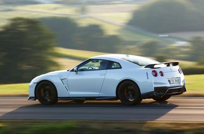 Nissan gioi thieu GT-R phien ban dua hinh anh