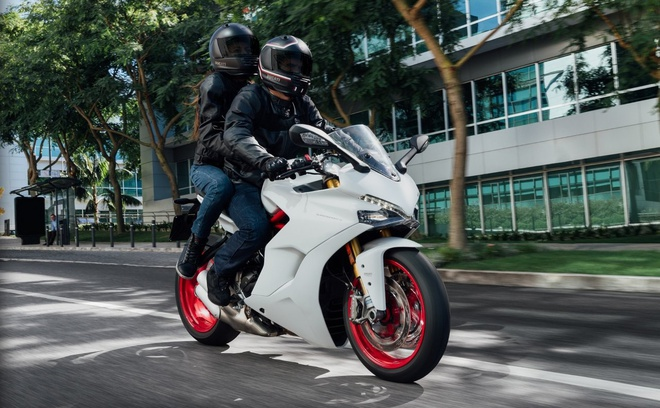 Ducati gioi thieu xe the thao moi de dieu khien hinh anh