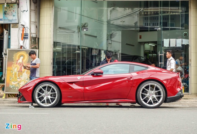 Sieu xe Ferrari F12 ban do nhap Dubai ra bien so Sai Gon hinh anh 2