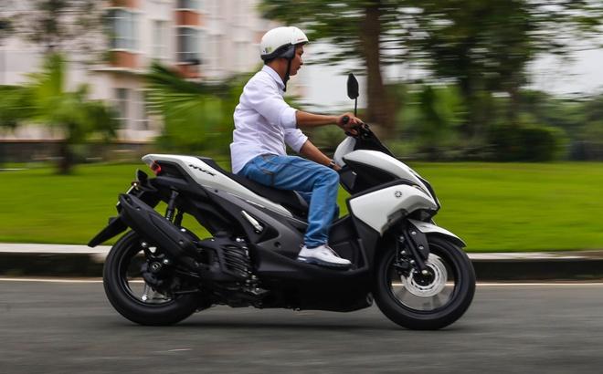 Yamaha NVX chay 40 km het 1 lit xang trong thanh pho hinh anh