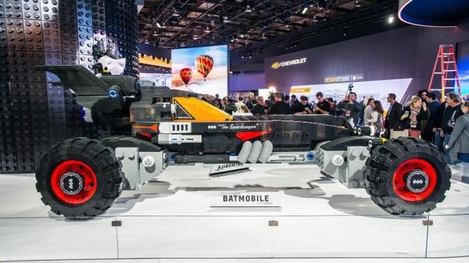 Xe Batmobile khong lo xep tu gan 350.000 mieng Lego hinh anh 1
