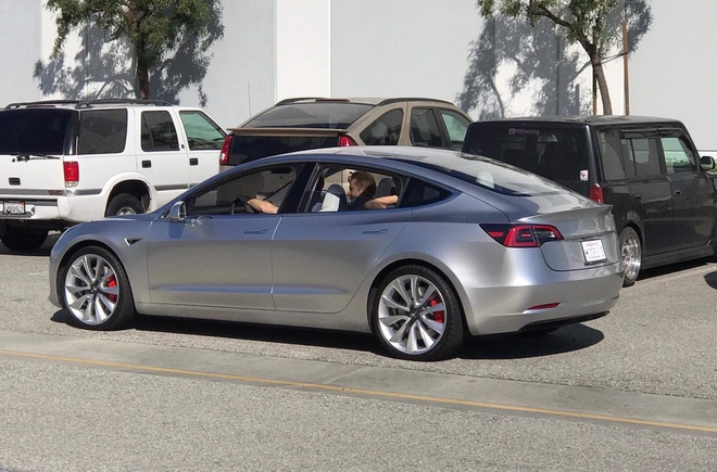 Tesla Model 3 lo nguyen hinh tren duong pho khi chay thu hinh anh 1