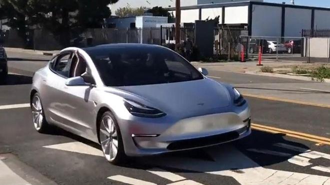 Tesla Model 3 lo nguyen hinh tren duong pho khi chay thu hinh anh