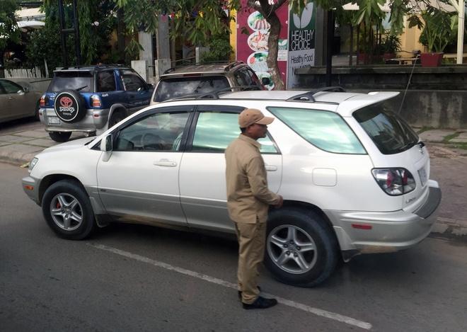 Xe sang Lexus chay day duong tai Campuchia hinh anh