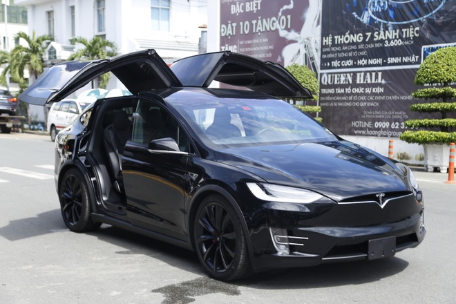 Chay thu xe dien Tesla Model X dau tien tai Sai Gon hinh anh