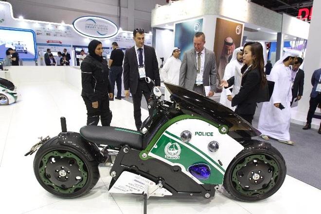 Xe robot, moto bay cho canh sat Dubai sap thanh hien thuc hinh anh