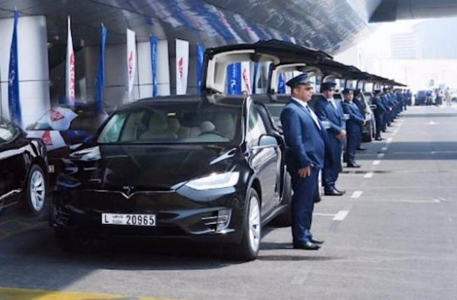 Xe sang Tesla Model X lam Uber o Dubai hinh anh