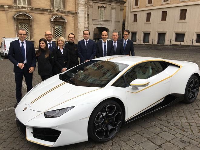 Lamborghini tang Huracan phien ban dac biet cho Giao hoang hinh anh 4