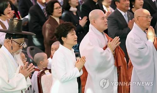 Tong thong Han cau nguyen cho linh hon nan nhan Sewol hinh anh