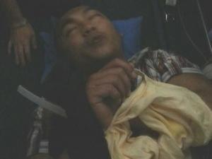 Người đàn ông đòi mở cửa máy bay sau khi bị khống chế - Ảnh: OneNews