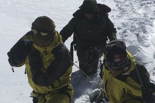 Nhung thien tai tham khoc nhat nam 2014 hinh anh 2 Ngày 14/10, bão tuyết và lở tuyết bất thường xảy ra ngọn núi Annapurna và Dhaulagiri thuộc dãy Himalaya cướp đi sinh mạng của ít nhất 43 người thuộc nhiều nước trên thế giới, trong đó có 21 người leo núi và nhiều người khác bị thương. Những ngày sau thảm họa, lực lượng cứu hộ đã cứu hơn 500 người, trong đó hơn một nửa là du khách nước ngoài. Chính phủ Nepal sau đó đưa ra các quy định chặt chẽ hơn đối với người leo núi và cam kết sẽ cung cấp nhiều thông tin về thời tiết hơn. Ảnh: Reuters