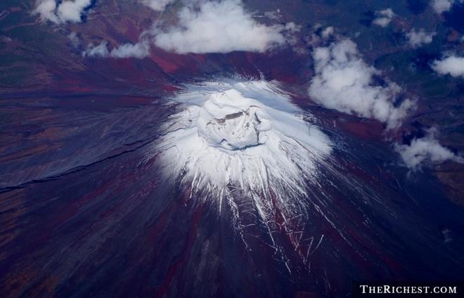 Nhung thien tai tham khoc nhat nam 2014 hinh anh 3 Ngọn núi lửa Ontake tỉnh giấc ngày 27/9/2014 khiến 57 người thiệt mạng. Ontake tọa lạc tại đảo Honshu, cách thủ đô Tokyo khoảng 200 km về phía tây nam. Đây là vụ núi lửa hoạt động gây thương vong nhiều sau khi ngọn núi Unzen phun trào vào năm 1902 cướp sinh mạng của 150 người. Ảnh: The Richest