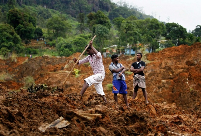 Nhung thien tai tham khoc nhat nam 2014 hinh anh 1 Lúc 7h30 ngày 29/10/2014, một trận lở đất đã tàn phá huyện Badulla của Sri Lanka khiến ít nhất 16 người thiệt mạng và khoảng 200 người mất tích. Nguyên nhân của vụ lở đất là do mưa lớn. Nhà chức trách Sri Lanka cho biết họ đã cảnh báo về việc lở đất có thể xảy ra đêm 28 nhưng Trung tâm thảm họa, cơ quan chịu trách nhiệm đưa ra cảnh báo, không truyền được tin đến Badulla. Tuy nhiên, Trung tâm thảm họa bác bỏ cáo buộc trên và biện minh rằng họ đã cảnh báo nhưng người dân không thể sơ tán trước khi lở đất xảy ra. Ảnh: The Richest