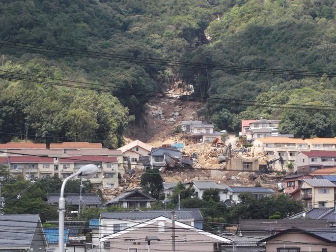 Nhung thien tai tham khoc nhat nam 2014 hinh anh 5 Ngày 20/8, lở đất xảy ra tại tỉnh Hiroshima, Nhật Bản khiến 74 người thiệt mạng. Nguyên nhân của sạt lở đất là do mưa lớn đêm ngày 19, rạng sáng ngày 20/8. Nhiều ngôi nhà và khu chung cư ở quận Asaminami và Asakita ở Hiroshima bị vùi lấp khiến nhiều người mắc kẹt trong nhà. Theo các quan chức Cơ quan khí tượng Nhật Bản, mưa lớn xảy ra do một đới áp thấp kéo dài được cho là rất ít khi xuất hiện vào tháng 8. Không khí ẩm từ phía Nam đi vào khu vực áp thấp ở miền Tây Nhật Bản gây ra trận mưa lớn chưa từng có này. Ảnh: Wiki