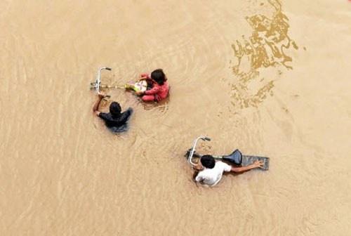 Nhung thien tai tham khoc nhat nam 2014 hinh anh 4 Khu vực biên giới giữa Ấn Độ và Pakistan trải qua đợt lũ lụt nghiêm trọng nhất từ hơn 50 năm qua, làm ít nhất 555 người thiệt mạng tính cho tới ngày 24/9. Mưa lớn kéo dài từ đầu tháng 9 chính là nguyên nhân gây ra đợt lũ lụt kinh hoàng này. Ảnh: AFP