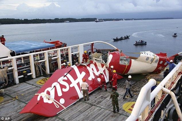 May bay AirAsia phat no truoc khi roi xuong bien hinh anh 1 Một mảnh vỡ lớn của máy bay AirAsia tại cảnh Kumai, Pangkalan Bun, Indonesia. Ảnh: AP