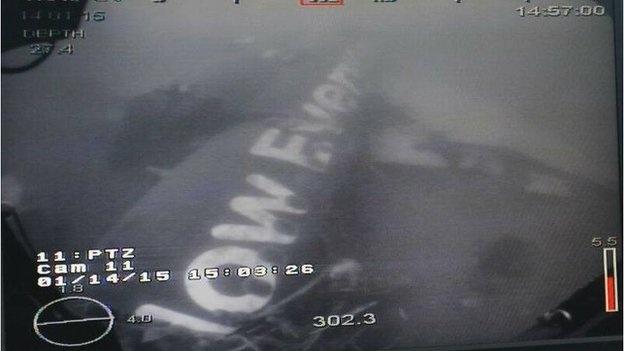 Xac dinh vi tri, chup duoc anh than may bay AirAsia hinh anh 1 Hình ảnh thân máy bay AirAsia gặp nạn dưới đáy biển.