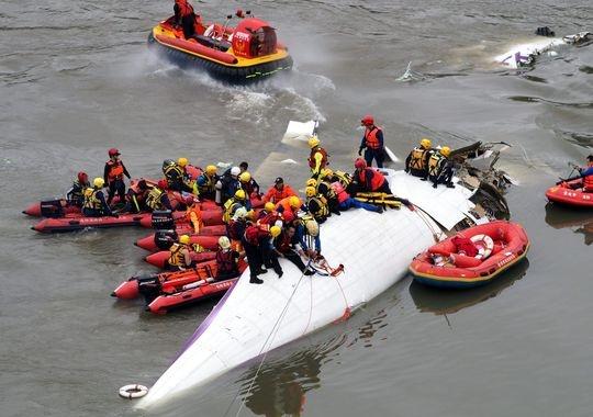 Ca gia dinh may man song sot trong tham kich GE235 hinh anh 1 Lực lượng cứu hộ đang vớt phần đuôi máy bay. Ảnh: EPA