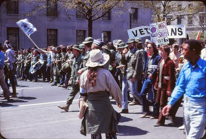 Cac cuoc bieu tinh phan doi chien tranh Viet Nam tren dat My hinh anh 8 Đoàn người diễu hành trên đường phố Washington DC