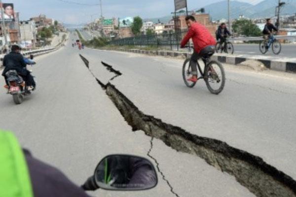 Dong dat Nepal co suc cong pha hon 20 qua bom nguyen tu hinh anh 1 Đường ở Kathmandu vỡ làm đôi sau động đất ngày 25/4. Ảnh: Getty