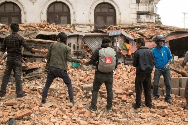 Nguoi dan Nepal xep hang truyen gach vo sau dong dat hinh anh