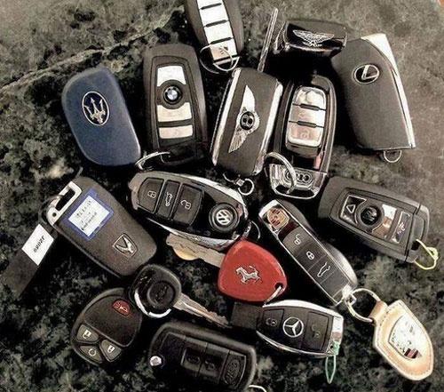 Cuoc song giau sang cua con trai 'bo gia' Mexico hinh anh 7 Hàng chục chiếc chìa khóa siêu xe của cậu ấm Ivan.