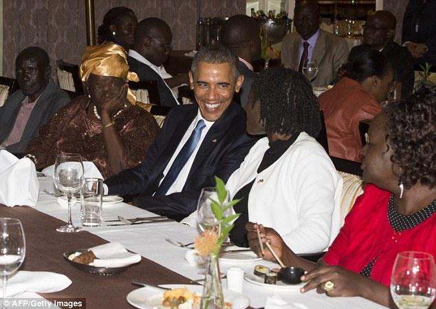 Obama hanh phuc trong vong tay nguoi than o que cha hinh anh