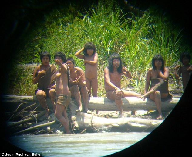 Anh hiem ve bo lac 600 nam khong lien lac voi ben ngoai hinh anh 1 Nhập mô tả cNăm nay, người ta đã hàng trăm lần phát hiện thành viên của Mashco Piro kiếm ăn. Năm 2011, Jean-Paul van Belle, giáo sư thuộc đại học Cape Town, Nam Phi, đã chứng kiến cảnh thổ dân bên bờ sông. Ông đã giữ khoảng cách an toàn và ghi lại nhiều hình ảnh hiếm về bộ lạc nguyên thủy. Mashco Piro là một trong những nhóm người cuối cùng không liên hệ với thế giới văn minh. Họ sống theo du cach du cư, di chuyển qua nhiều nơi trong rừng.ho ảnh