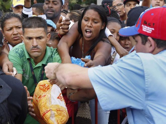 Dan Venezuela xo day de mua thit ga hinh anh